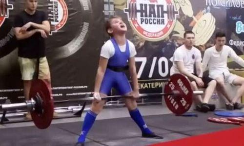 Cậu bé 11 tuổi nâng tạ hơn 100 kg