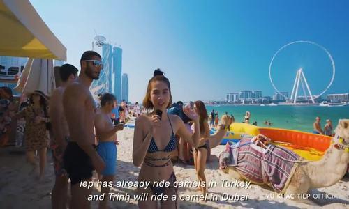 Ngọc Trinh diện bikini dạo biển Dubai
