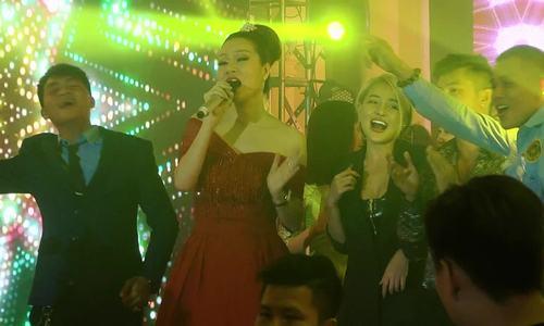 Dàn sao dự tiệc tất niên của Hoa hậu Bùi Thị Hà