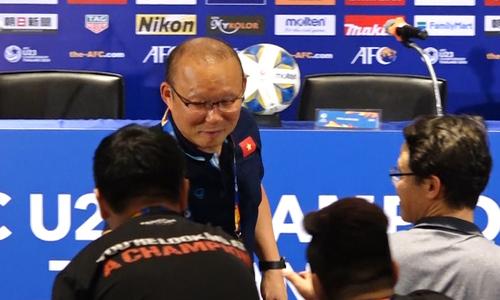 Ông Park cảm ơn CĐV và phóng viên sau trận UAE