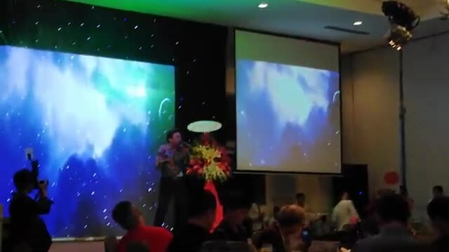 Chí Tài hát và nhảy sung trong tiệc mừng của Titi