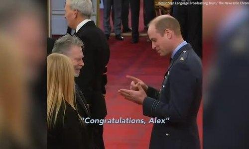 William dùng ngôn ngữ ký hiệu để khen phiên dịch bị điếc
