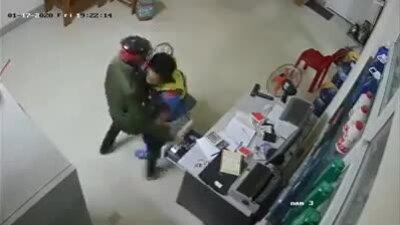 Khởi tố kẻ cướp cây xăng lấy tiền tiêu Tết