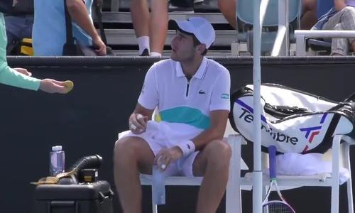 Tay vợt bị 'ném đá' vì nhờ bé gái nhặt bóng bóc chuối