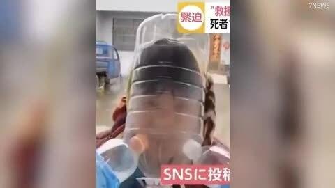 Đội chai nhựa, trùm nylon vì sợ viêm phổi