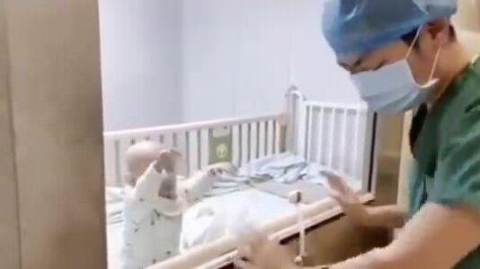 Bố khóc vì không thể bế con đang cách ly vì nhiễm corona