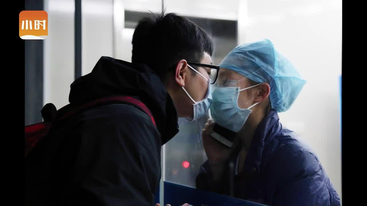 Y tá hôn bạn trai qua tấm kính cách ly
