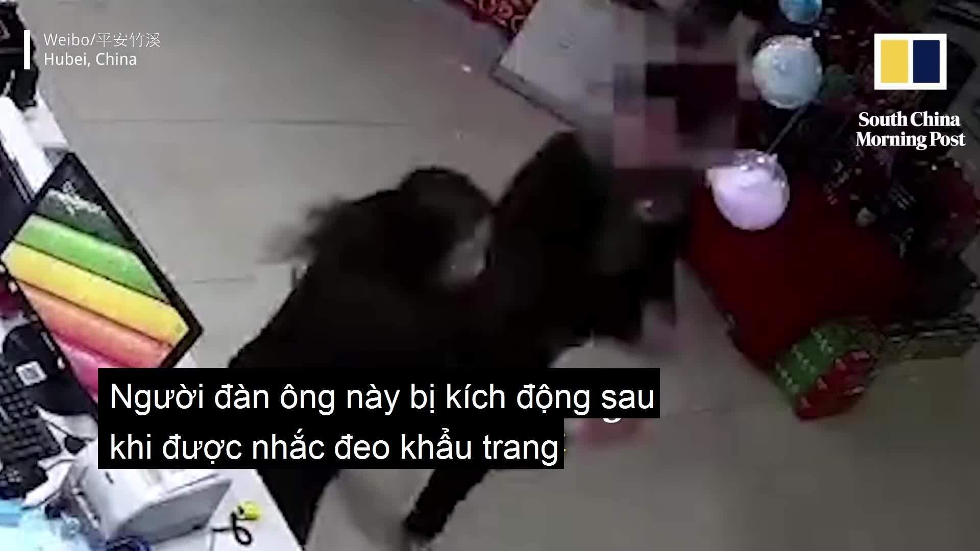 Tát nhân viên trạm xăng vì bị nhắc đeo khẩu trang