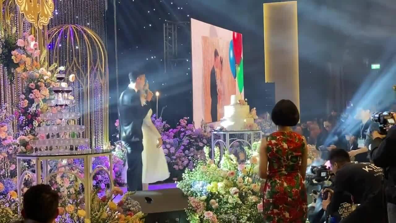 Duy Mạnh hát tặng vợ trong tiệc cưới