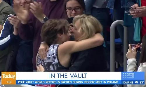 Nhà vô địch nhảy sào hôn môi mẹ