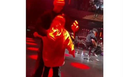 Con gái Becks được Justin Bieber ôm