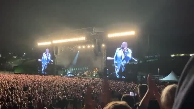 Elton John bỏ dở buổi biểu diễn vì bị viêm phổi