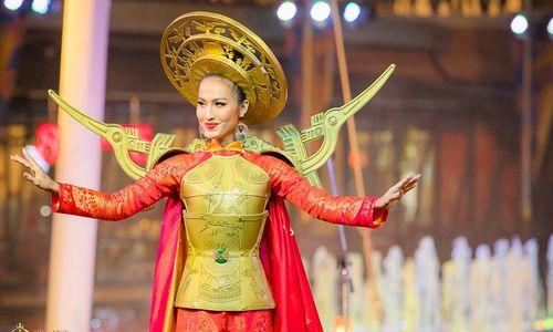 Hoài Sa học hỏi H'Hen Niê khi thi trang phục truyền thống