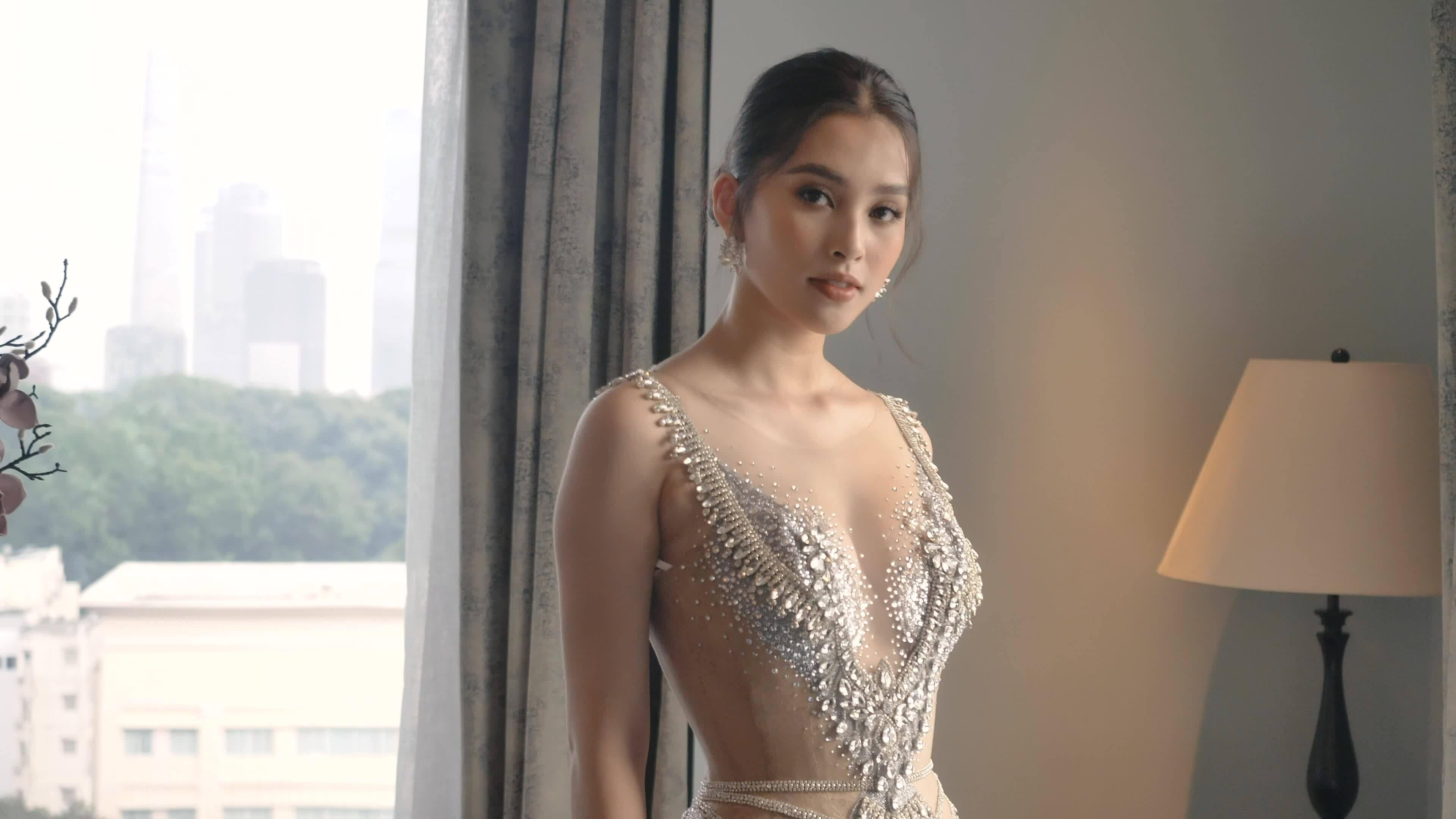 Tiểu Vy diện váy cưới hoàng gia