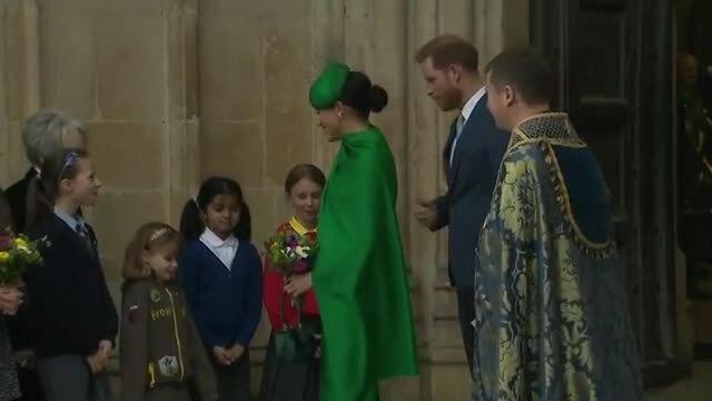 Meghan mặc set đồ hơn 300 triệu đồng khi rời hoàng gia