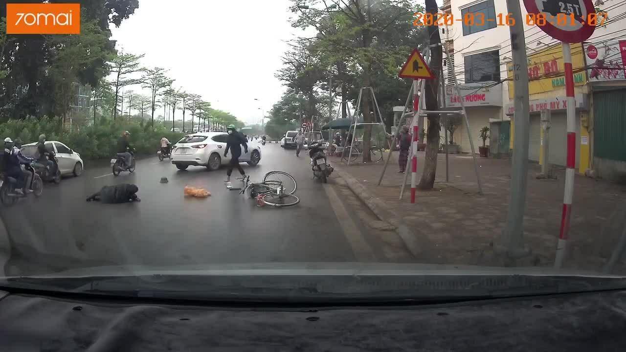 Cụ ông bị ôtô tông vì tránh người đi ngược chiều