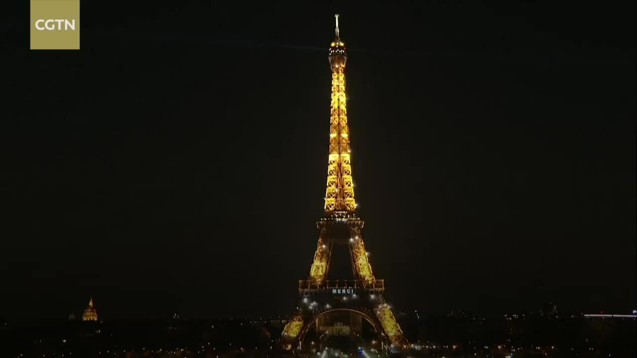Tháp Eiffel phát thông điệp cảm ơn bác sĩ