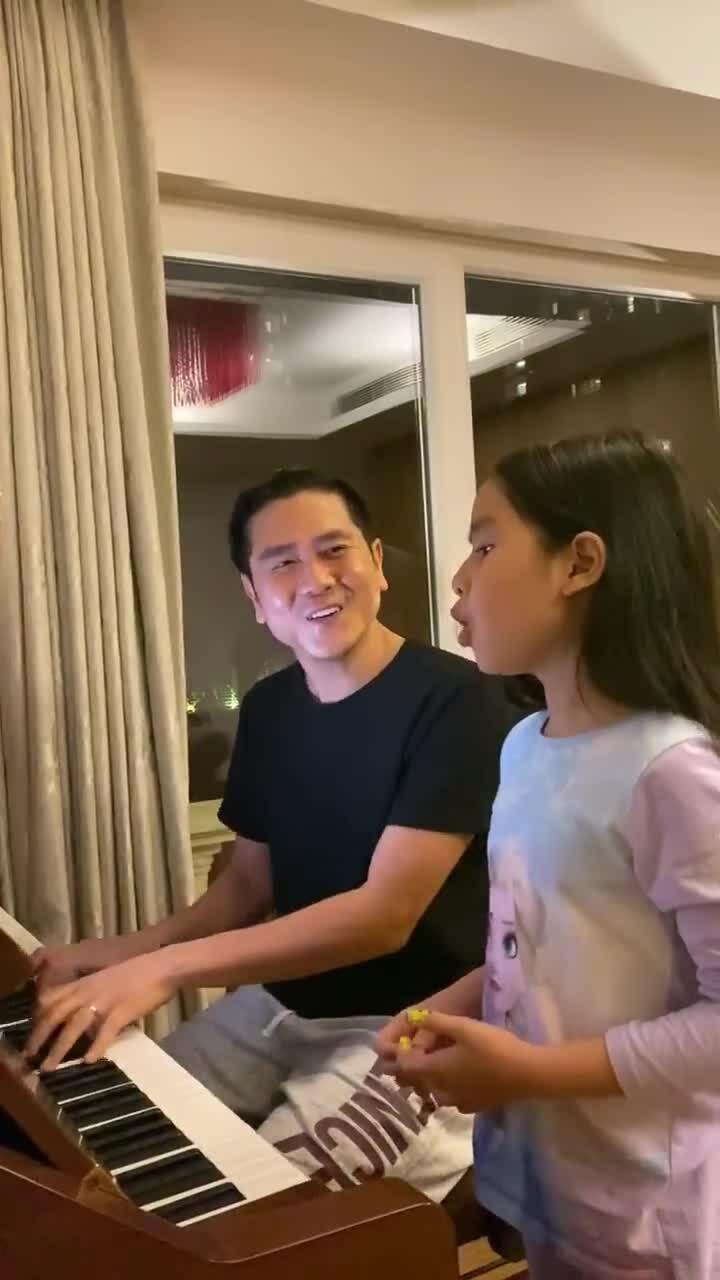 Con gái Lưu Hương Giang - Hồ Hoài Anh hát tiếng Anh