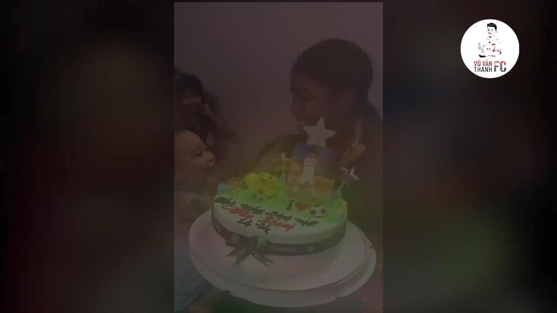 Bố mẹ tổ chức sinh nhật cho Văn Thanh từ xa
