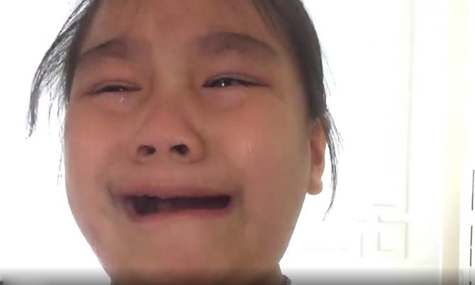Bé 5 tuổi quay video xin lỗi bố vì lỡ làm hỏng đồ chơi