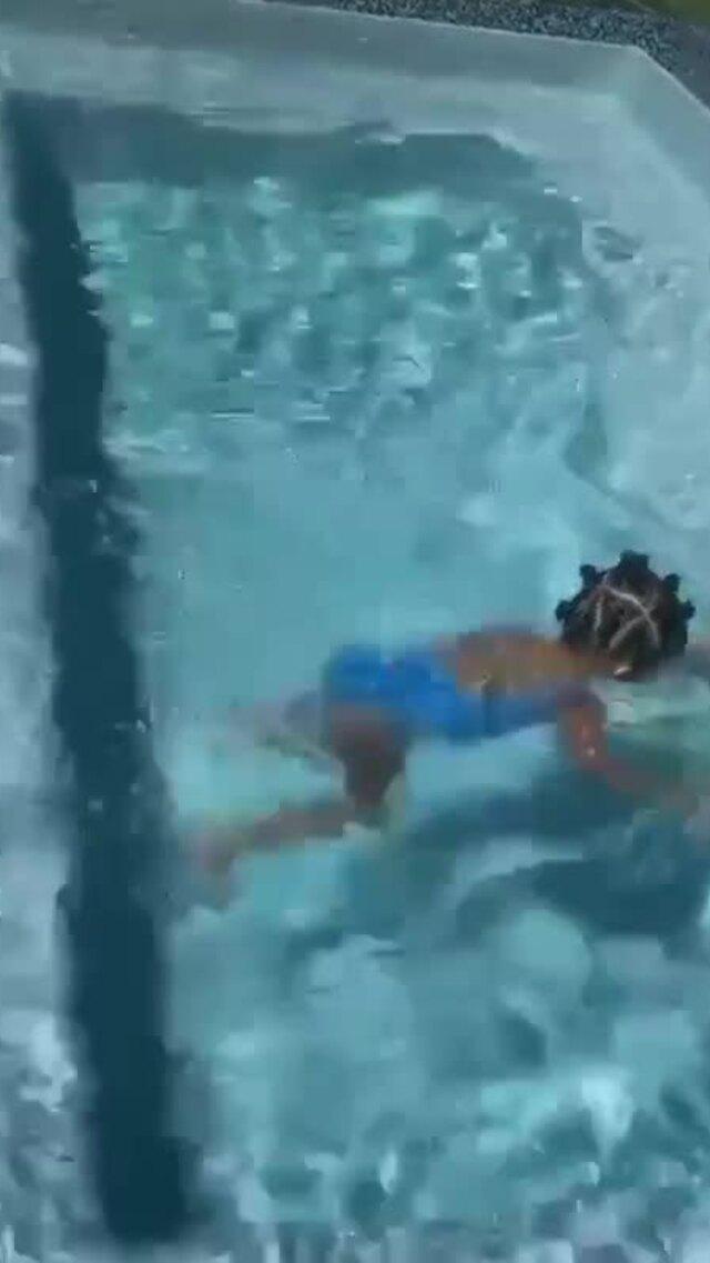 Con gái 2 tuổi của Kylie Jenner bơi tung tăng