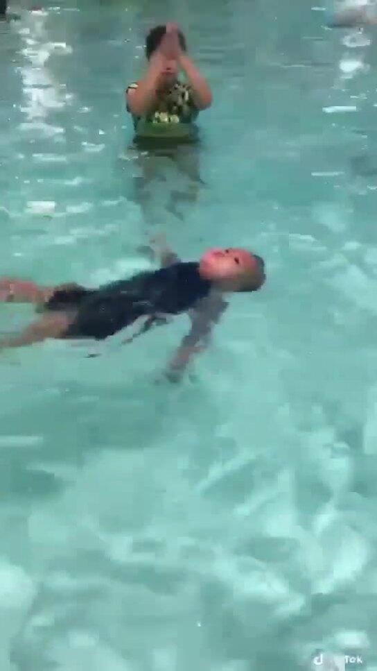 Bé trai khóc thét khi bị đẩy xuống bể học bơi