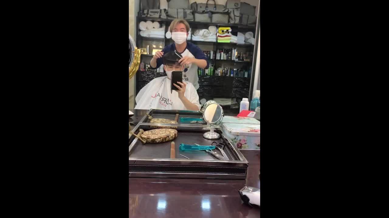 Đàm Vĩnh Hưng cắt tóc cho Dương Triệu Vũ