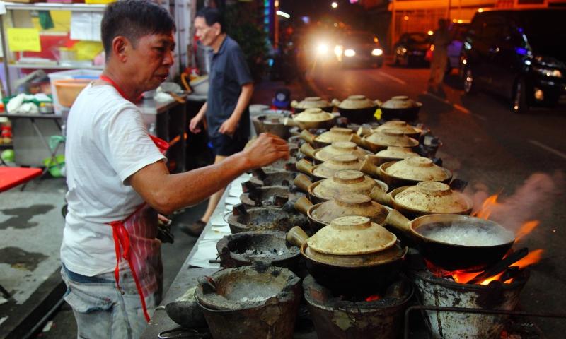 Tiệm cơm gà tay cầm nấu bếp than