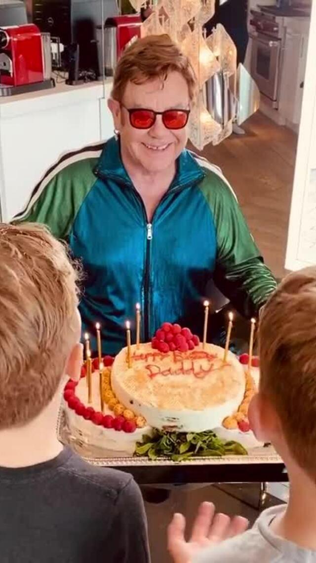 Elton John đón sinh nhật trong khi cách ly ở nhà