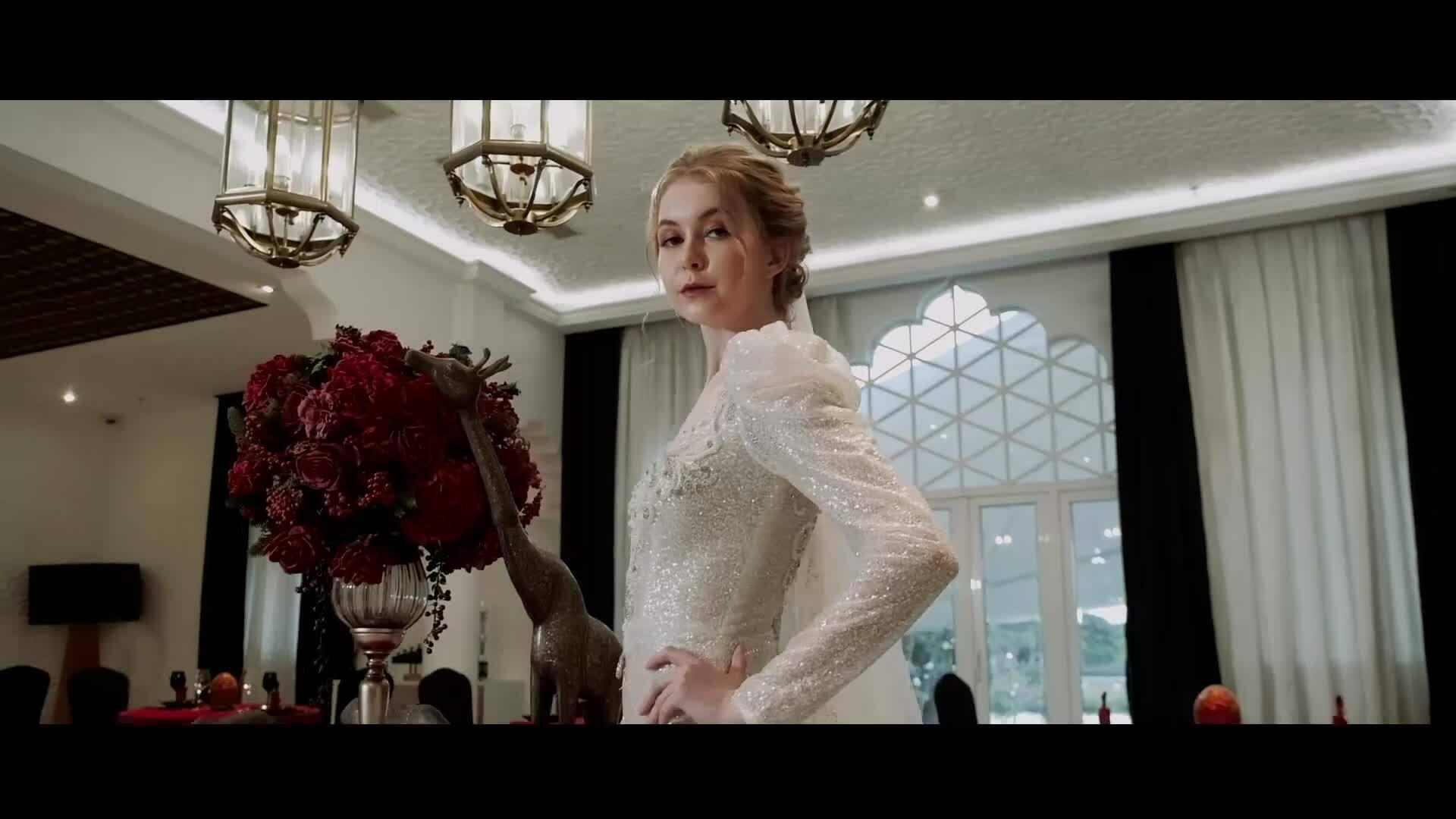 Váy cướimang âm hưởng hoàng gia