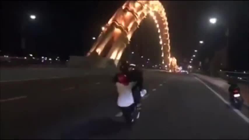'Quái xế' bốc đầu xe trên cầu Rồng
