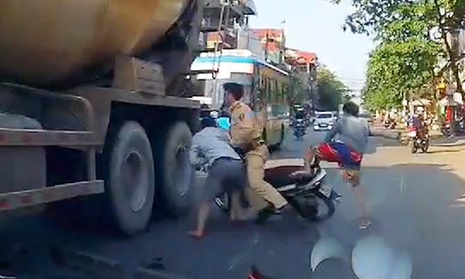 Thanh niên bị hạ gục khi tông CSGT