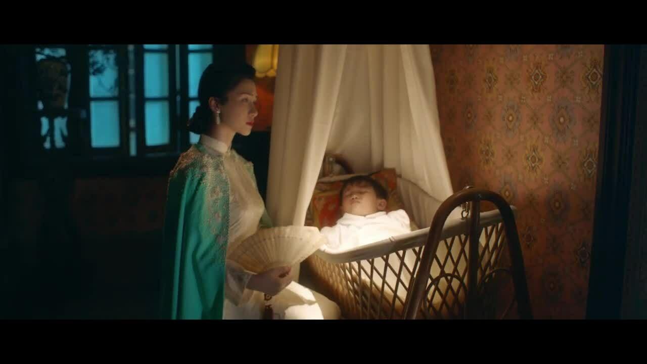 Hòa Minzy gây sốt khi đóng Nam Phương Hoàng hậu