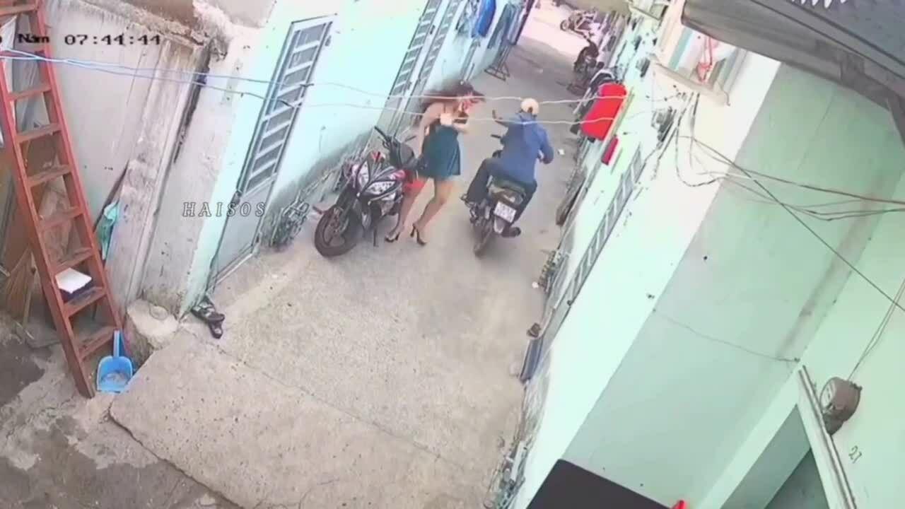 Cô gái mặc váy ngắn bị cướp giật dây chuyền