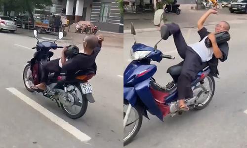 Người đàn ông nhún nhảy, lái xe máy bằng chân