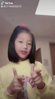 Con gái Lee Young Ae chơi Tik Tok