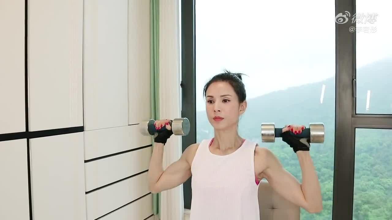 'Cô cô' Lý Nhược Đồng mê vận động giữ bụng 6 múi