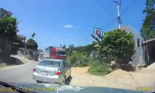 Tránh container vượt ẩu, xe tải lật ngửa