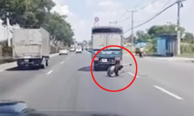 Bám đuôi xe tải, namthanh niên ngã xuống đường