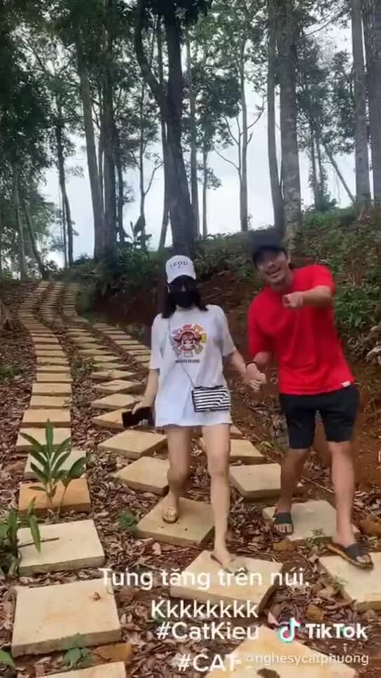 Cát Phượng - Kiều Minh Tuấn nắm tay nhau đi du lịch