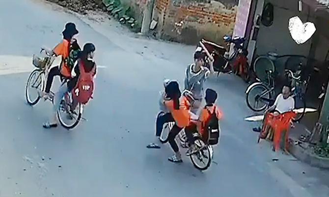 Người phụ nữ liên tục ném gậy, đánh học sinh qua đường