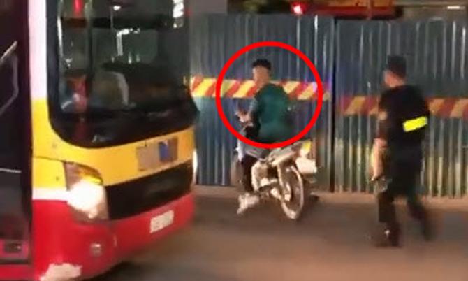 Thanh niên tạt đầu xe buýt để thông chốt 141 nhưng bất thành