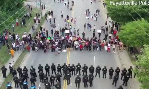 Cảnh sát Mỹ quỳ gối cùng người biểu tình vì George Floyd
