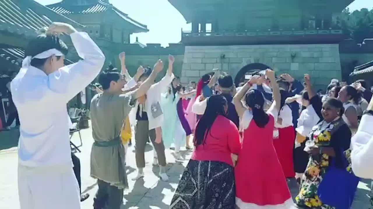 Du khách nhảy múa ở công viên Dae Jang Geum