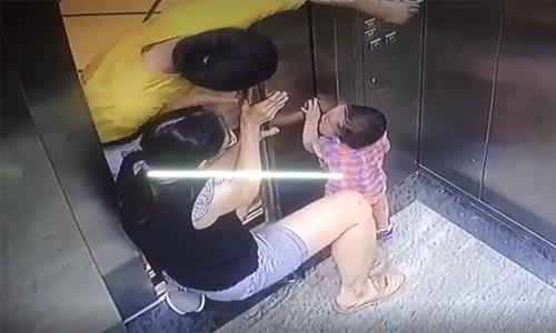 Mẹ mải dùng điện thoại để con nhỏ kẹt tay vào thang máy