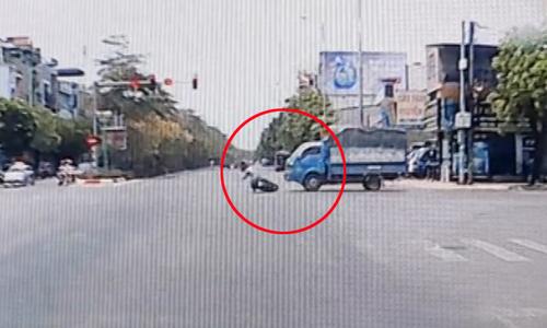 'Nữ ninja' bị xe tải kéo lê vì vượt đèn đỏ