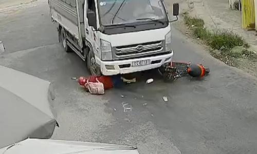 Cô gái lao vào gầm xe tải, tài xế bị hành hung