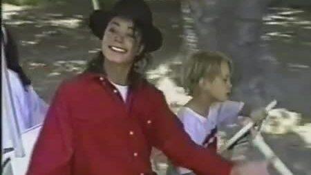 Michael Jackson và các con vui đùa tại Neverland
