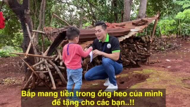 Quốc Cơ đưa con trai đi từ thiện ở Gia Lai