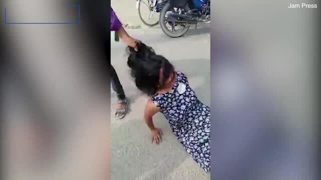 Vợ bị kéo lê, đánh đập vì ngăn chồng cưới người khác